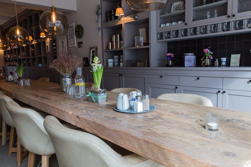 Tisch für Frühstück und Snack im Schoenhouse Studio in Berlin