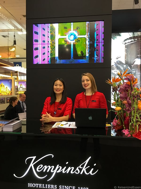 Ladies in Red am Stand von Kempinski