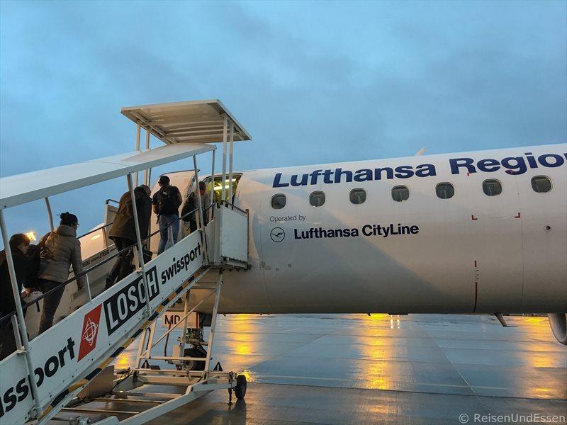 Einsteigen in Flug LH 2028 von München nach Berlin