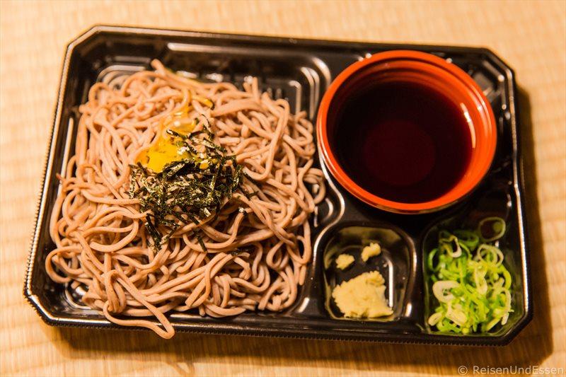 Kalte Nudeln zum Abendessen in Kyoto