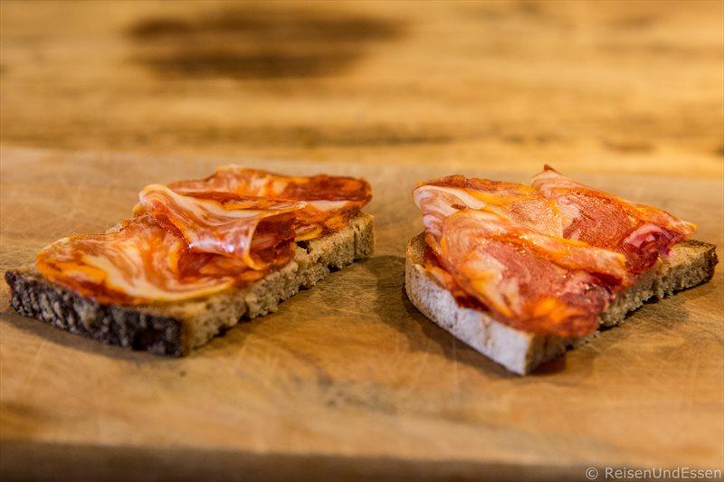 Spanischer Schinken im Laden Vom Einfachen das Gute - Kulinarische Tour durch Berlin