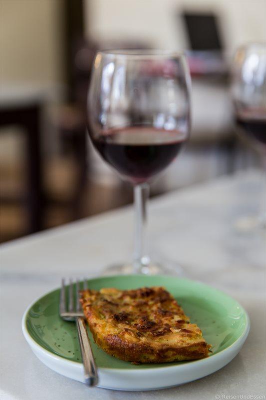 Spanakopita und Rotwein im Rises Delicacies