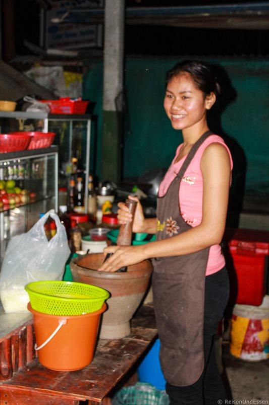 Zubereitung von Pomelosalat im Mörser