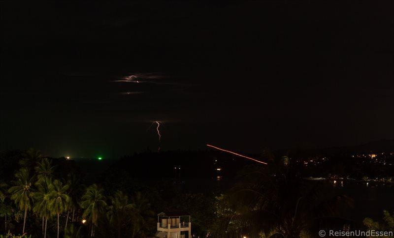 Feuerwerk, Lampions und Gewitter in der Nacht am Kata Beach