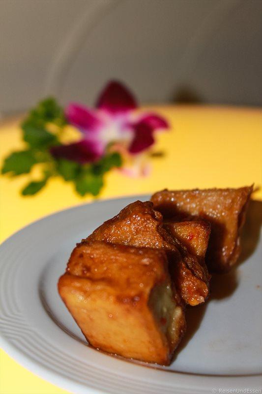 Frittierter Tofu zu Silvester am Nai Harn Beach