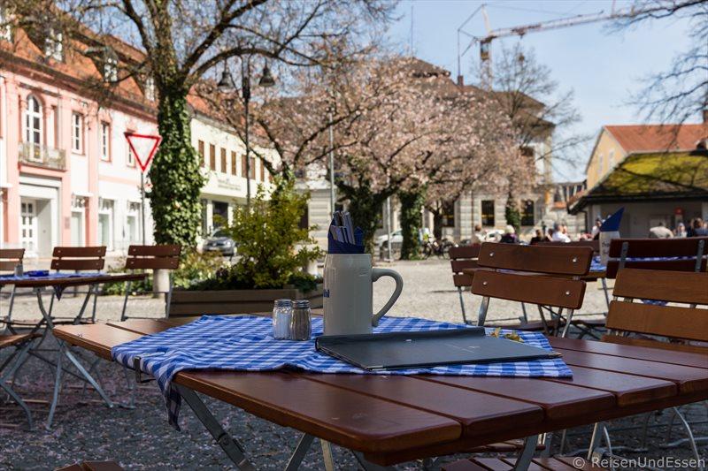 Tische im Freien am Domplatz in Eichstätt