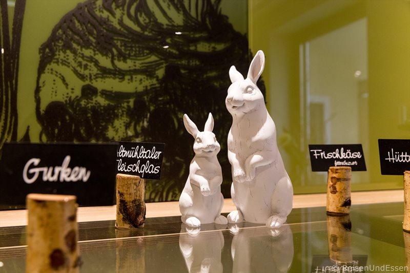 Dekoration für Ostern beim Frühstück