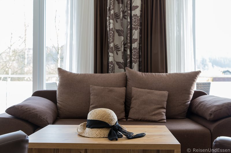 Tisch und Sofa in der Junior Suite im Hotel Dirsch in Emsing