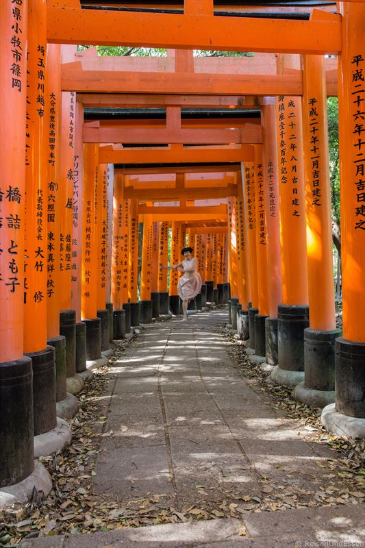 Laufen durch die Torii in Fushimi Inari