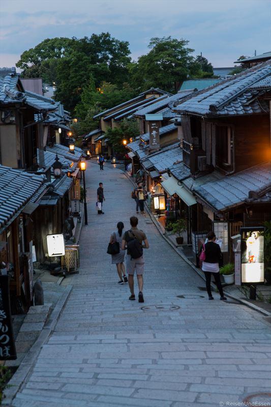 In den Gassen von Kyoto zur blauen Stunde