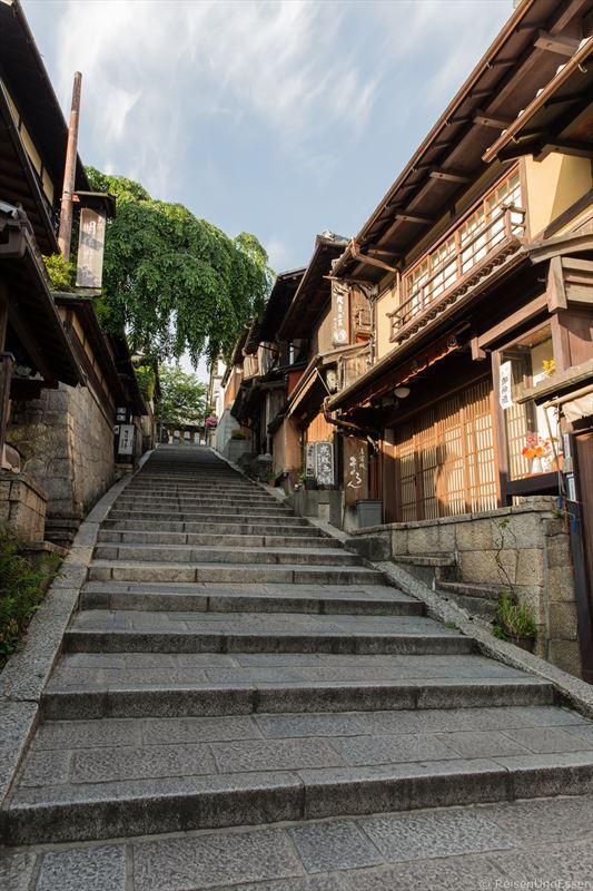 Treppen in einer Gasse in Kyoto
