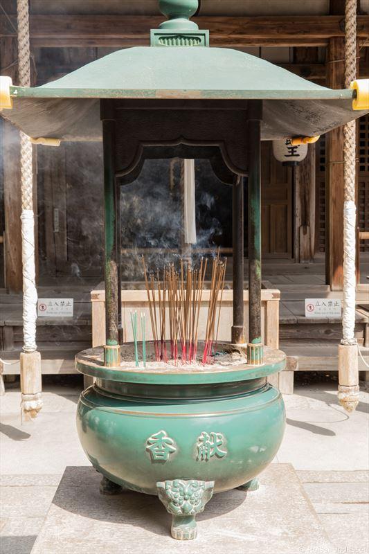 Räucherstäbchen im goldenen Pavillon