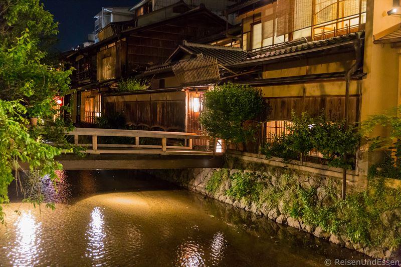 Häuser in der Nacht bei Tour durch Higashiyama in Kyoto