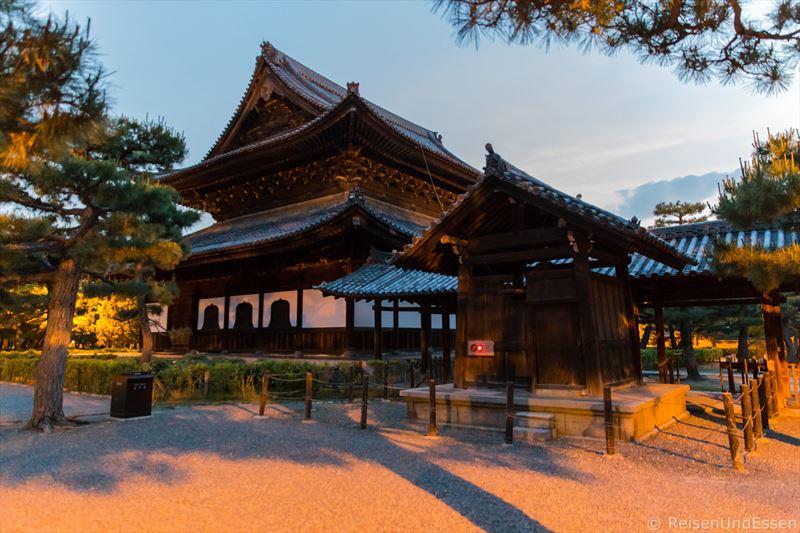 Tempelanlage Kennin-ji bei Anbruch der Nacht