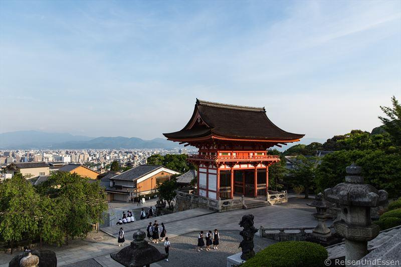 Nio-mon Tor in Kiyomizu-dera und Blick auf Kyoto