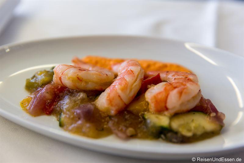 Vorspeise: Konfierte Garnelen mit Sternanis, Sauce Rouille und Antipasti-Salat