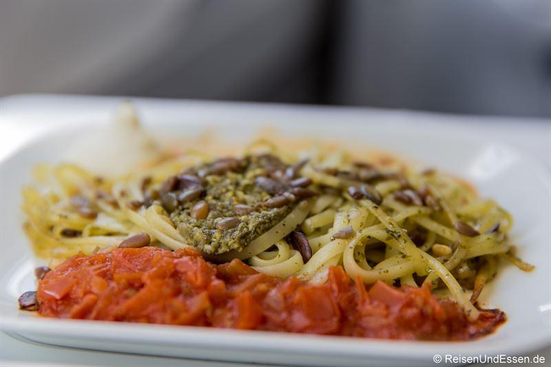 Hauptspeise: Linguine mit Pesto, Tomatenmarmelade und Ricottacrème
