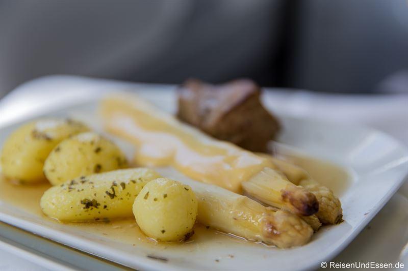 Hauptspeise: Frischer Stangenspargel und Kalbsfilet, Sauce Hollandaise und Petersilien-Kartoffeln