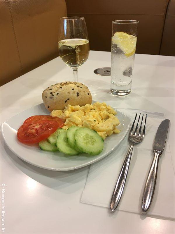 Frühstück in der Lufthansa Business Lounge - Flug von München nach Lima