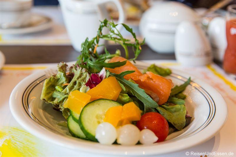 Salat zum Frühstück im Maritim Hotel Ulm