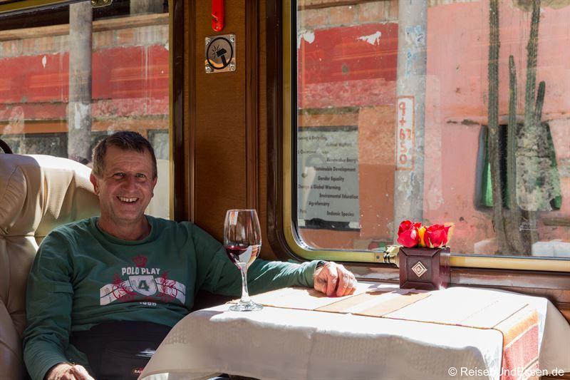 Mit einem Glas Wein Richtung Aguas Calientes