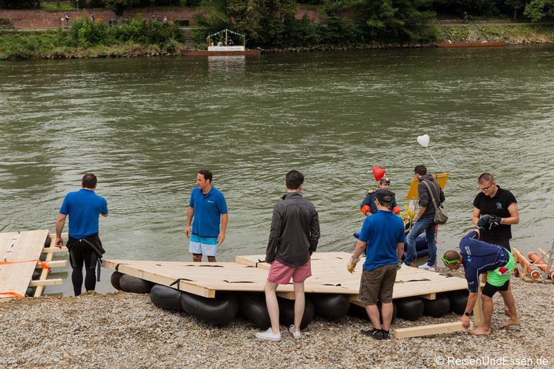 Improvisiertes Boot beim Nabada in Ulm