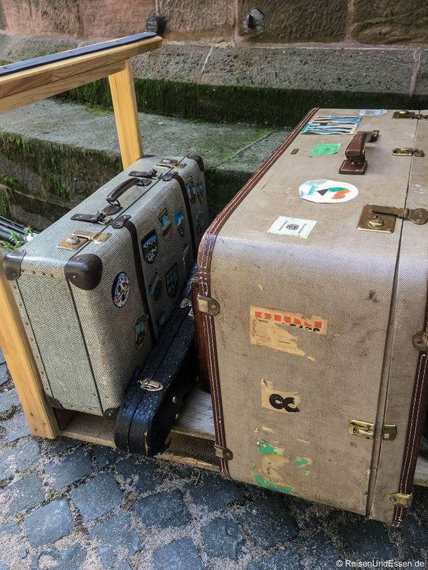 Koffer als Requisite bei der Backstageführung