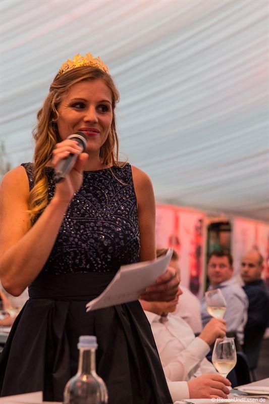 Rheinhessische Weinkönigin Laura Lahm bei der Präsentation der Weine