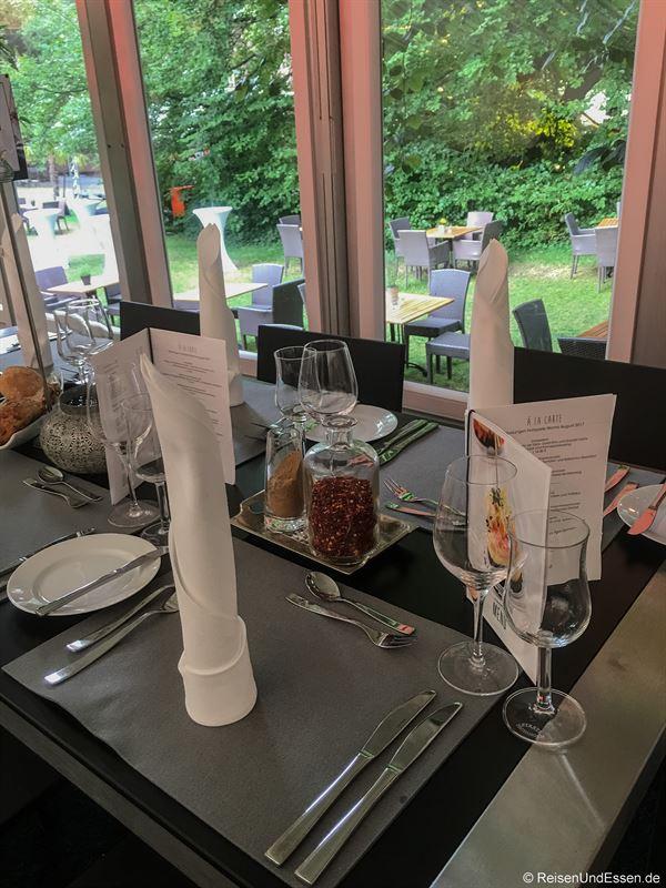 Unser Tisch beim Dinner im Park in Worms