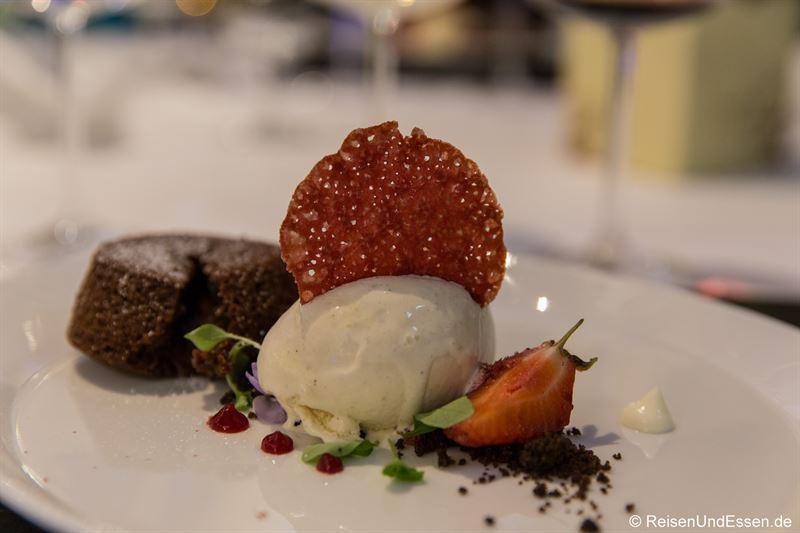 Schokoladen-Whisky-Kuchen mit Eis bei Taste Moments im Maritim Hotel München