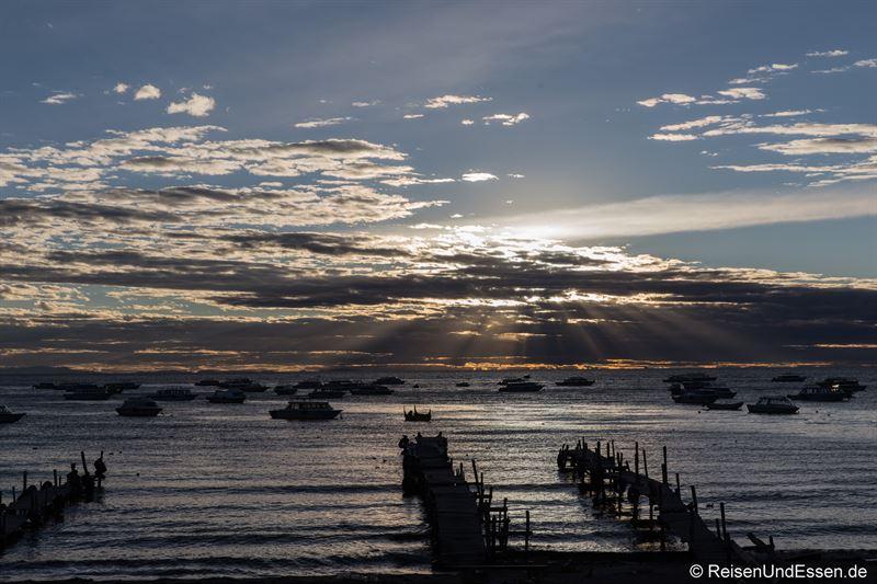 Sonnenuntergang in der Bucht von Copacabana in Bolivien
