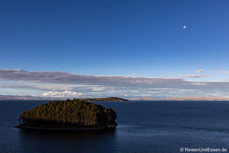 Blick von der Isla del Sol in Richtung der bolivianischen Anden
