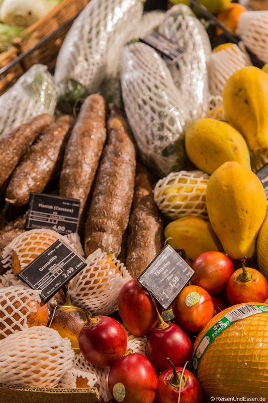 Angebot an exotischen Gemüse und Obst