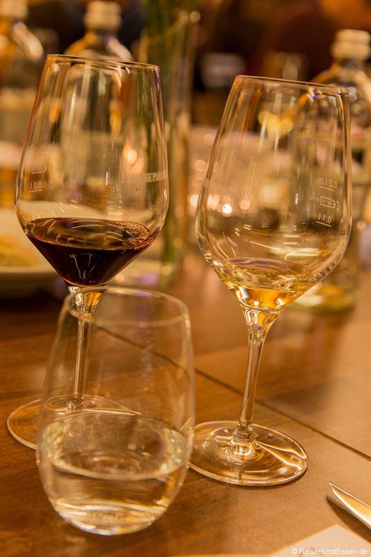 Rot- und Weisswein im Bistro
