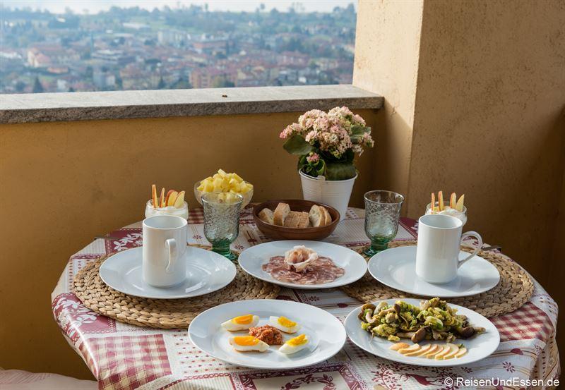 Frühstück auf dem Balkon in der Ferienwohnung