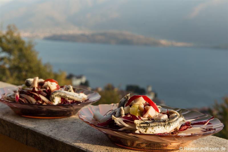 Salat, Sardellen und Meeresfrüchte zum Abendessen am Comer See