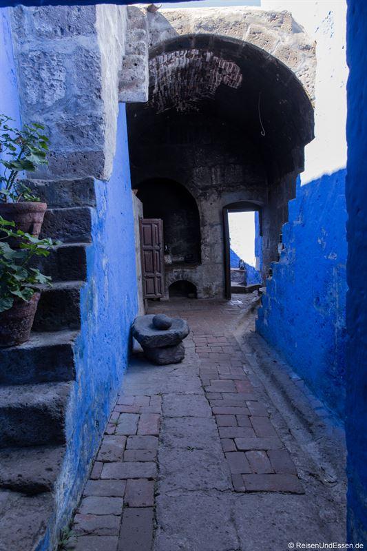 Gang zu einer Küche im Kloster Santa Catalina