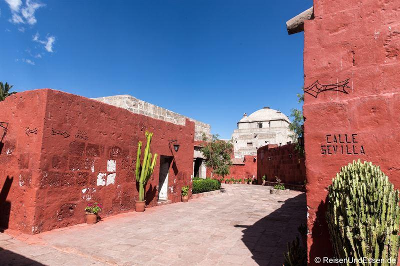 Weg durch das Kloster Santa Catalina in Arequipa