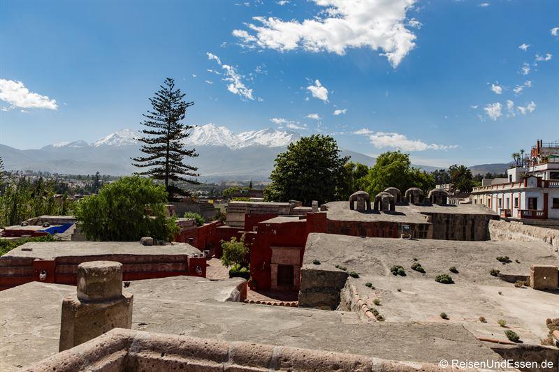 Blick vom Kloster Santa Catalina auf die Vulkane