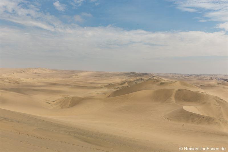 Blick zur Mittagszeit auf die Sanddünenlandschaft von Huacachina