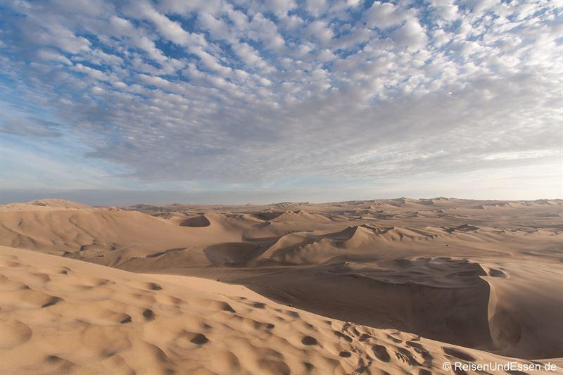 Sanddünenlandschaft von Huacachina im Abendlicht