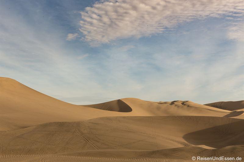 Sanddüne in Huacachina im Abendlicht