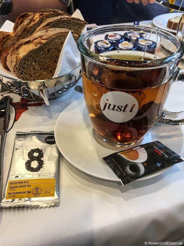 Tee zum Frühstück bei der Sonderfahrt ETR 610
