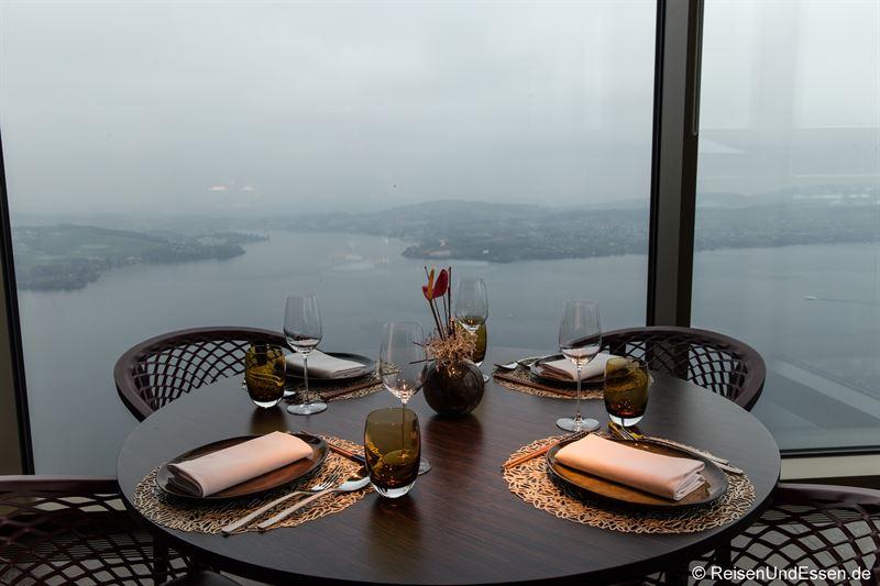 Tisch im Spices Kitchen & Terrace mit Blick auf Vierwaldstädter See