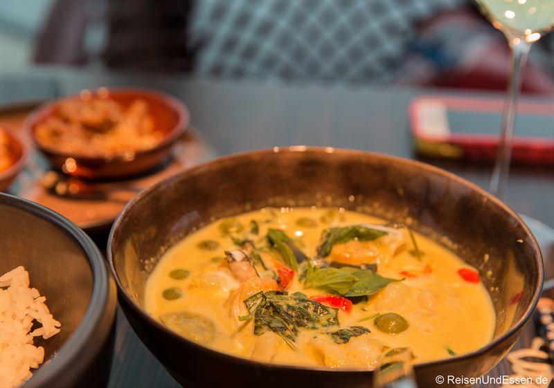 Grünes Curry (Kaeng Khiao Wan) als Hauptgang beim Dinner