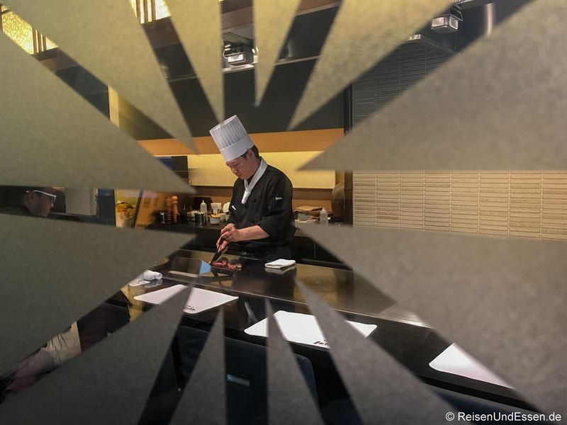 Blick beim Warten in das Restaurant Ishida in Kobe