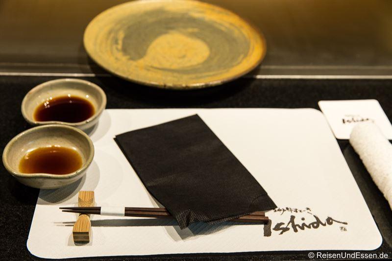 Gedeck mit Stäbchen im Restaurant Ishida in Kobe