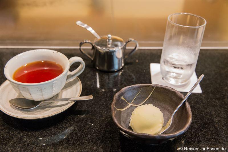 Englischer Tee und Vanilleeis zum Dessert