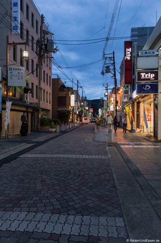 Straße in der Innenstadt von Nara bei Nacht
