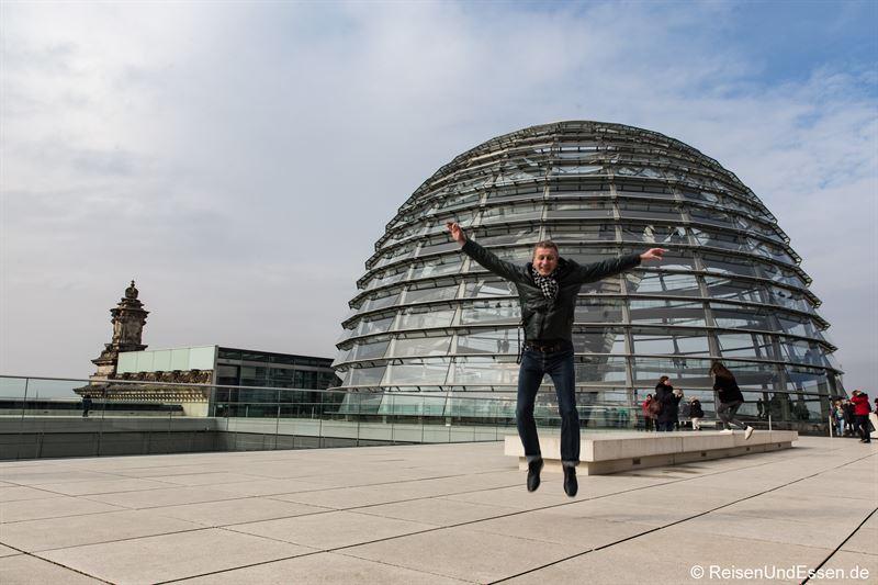 Freudensprung vor der Reichstagkuppel